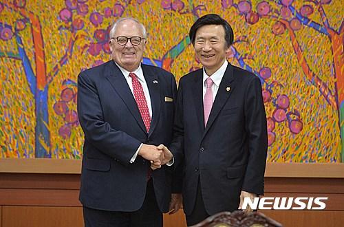 밝게 웃는 윤병세 장관-에드윈 퓰너 전 총재