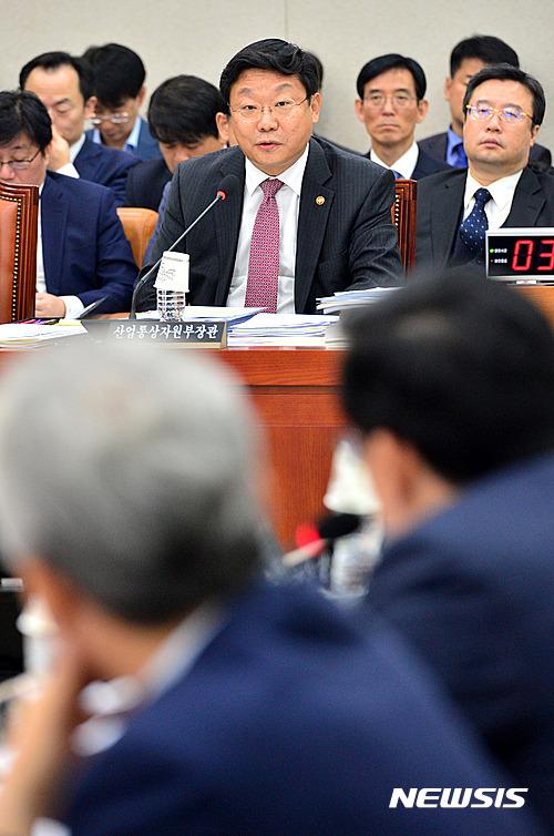 [2016국감] 답변하는 주형환 산업통상자원부 장관