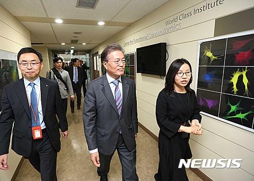 한국과학기술연구원 연구실 방문한 문재인 전 대표
