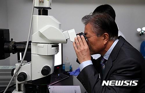 한국과학기술연구원 방문한 문재인 전 대표