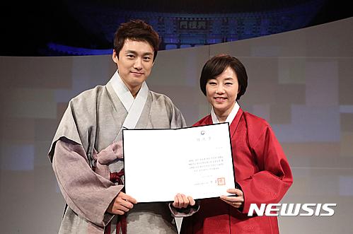 방송인 오상진 홍보대사 위촉하는 조윤선 장관