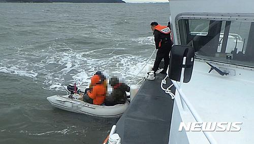 인천해경, 실미도 해상 기관고장 레저보트 3명 구조
