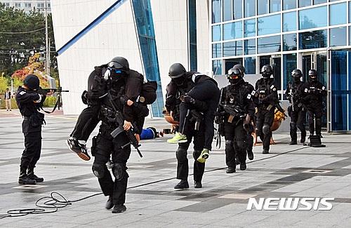 테러범 진압 후 건물 나오는 특공대원들
