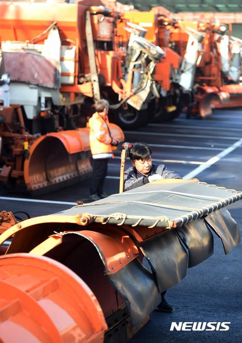 한국도로공사, 폭설 대비한 제설차량 정비