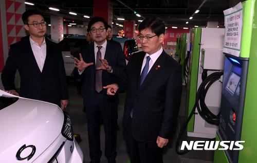 전기차 살펴보는 조경규 환경부 장관-김종인 롯데마트 대표