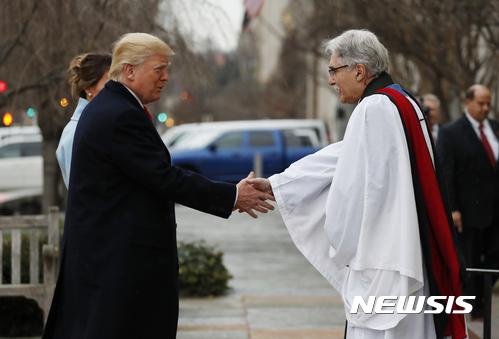 워싱턴 세인트존 교회 목사와 악수하는 트럼프