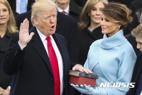 [트럼프 시대 개막]미국 영부인 멜라니아, 취임식 랄프 로렌 의상 입어