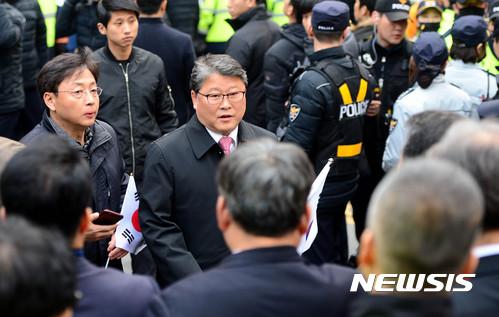 박 전 대통령 사저에 모습 보인 조원진 의원