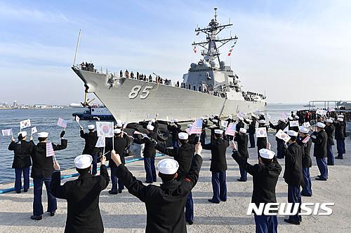 美해군 이지스구축함 '맥켐벨함', 훈련 참가 위해 해군 2함대 입항