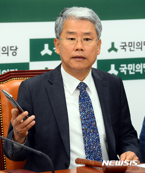 전화기 든 김동철 원내대표