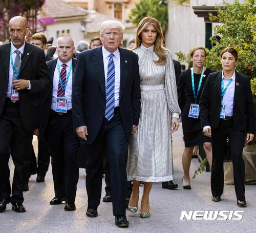 """""""은색 드레스도 괜찮아요?""""…G7서 모델 감각 뽐내는 멜라니아"""