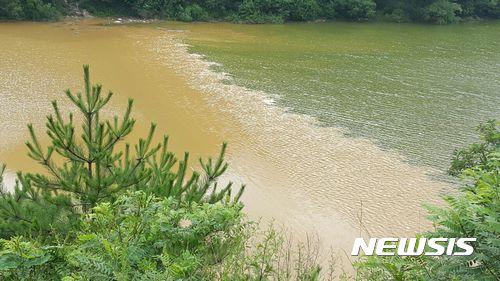 집중호우에 흙탕물 공격받는 광동댐