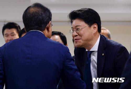 인사하는 장제원-홍준표