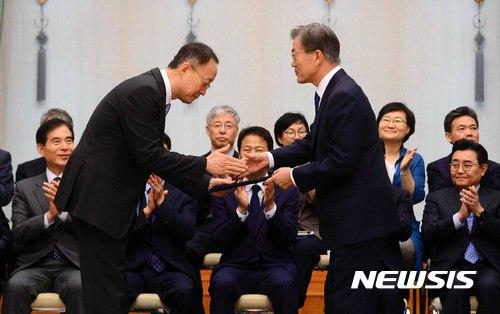 문 대통령, '백운규 산업통상자원부 장관 임명장 수여'