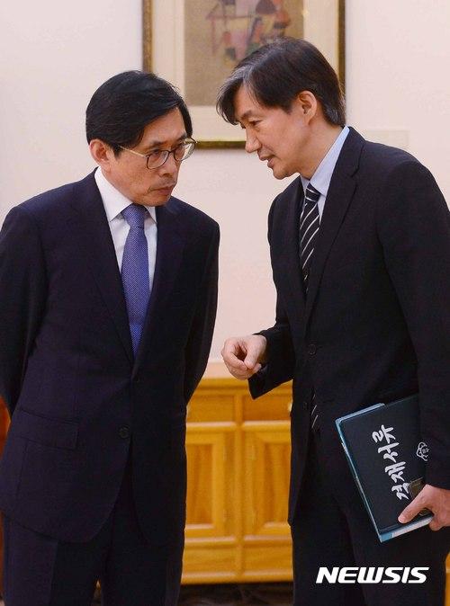 대화 나누는 조국 민정수석과 박상기 법무부 장관