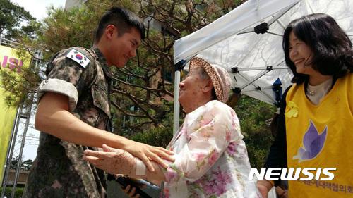군 생활 중 모아둔 100만원을 정의기억재단에 기부한 박규태씨