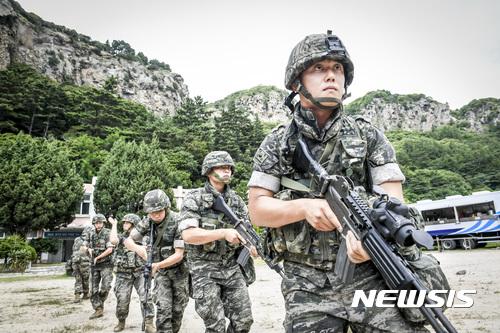 울릉도서 수색정찰하는 해병대원들