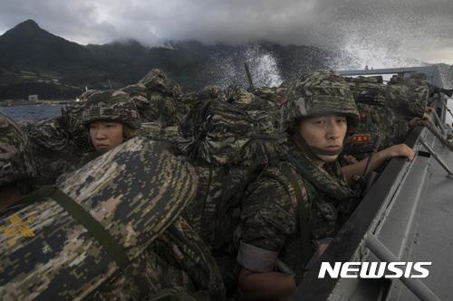 울릉도 상륙 시도하는 해병대원들