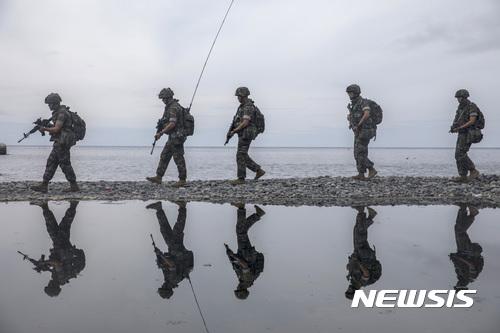 울릉도 수색정찰하는 해병대원들