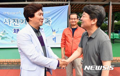 이동희 사진기자협회장과 악수하는 안철수 국민의당 대표