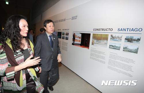 국립현대미술관 서울관 둘러보는 도종환 장관