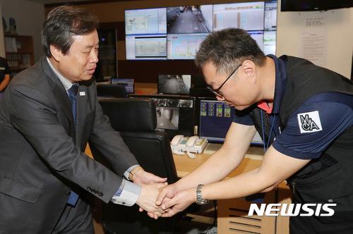 국립현대미술관 직원 격려하는 도종환 장관