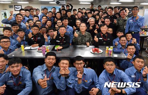 이지스구축함 방문한 엄현성 해군참모총장