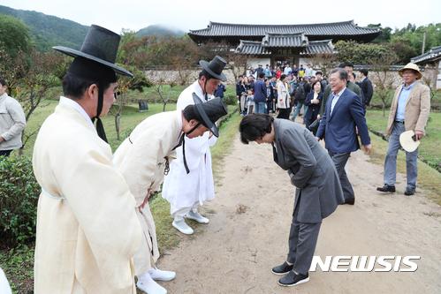 병산서원 관계자들과 인사하는 김정숙 여사