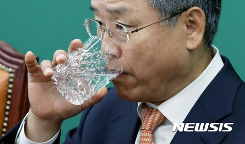 물 마시는 김동철 원내대표
