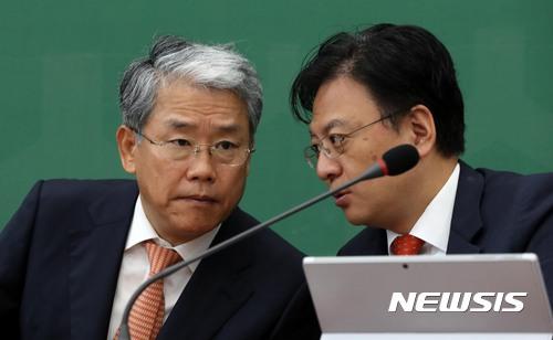 논의하는 김동철-장진영