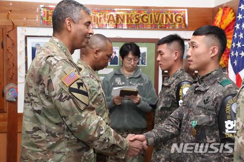 브룩스 연합군사령관, JSA 북한군 구출 장병에 '메달' 수여