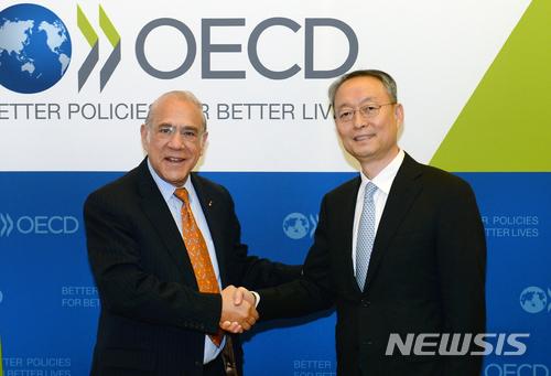 악수하는 백운규 장관-앙헬 구리아 OECD 사무총장