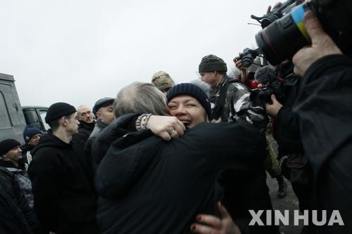 """""""풀려났다"""" 우크라이나 반군 포로들"""