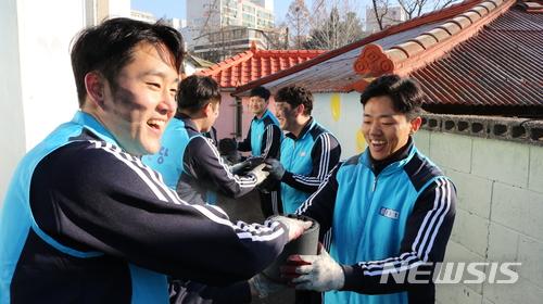 종근당, 파주시 저소득층에 연탄 4000여장 전달