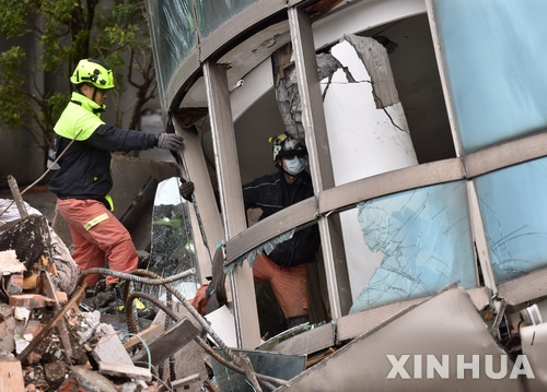 대만 화롄 지진 현장의 구조대원들