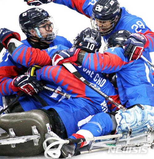 승리의 기쁨 만끽하는 파라 아이스하키 대표팀
