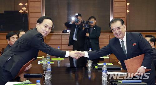 실무회담 합의서 교환하는 남북수석대표