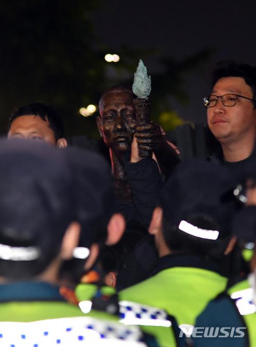韓国経済、市民団体が夜に徴用工像の設置を強行も警察が阻止 にらみあい続く