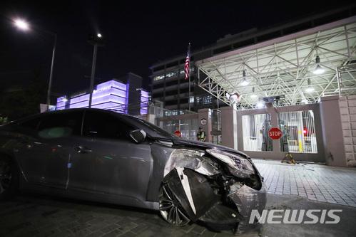 견인되는 주한미국대사관 돌진 차량