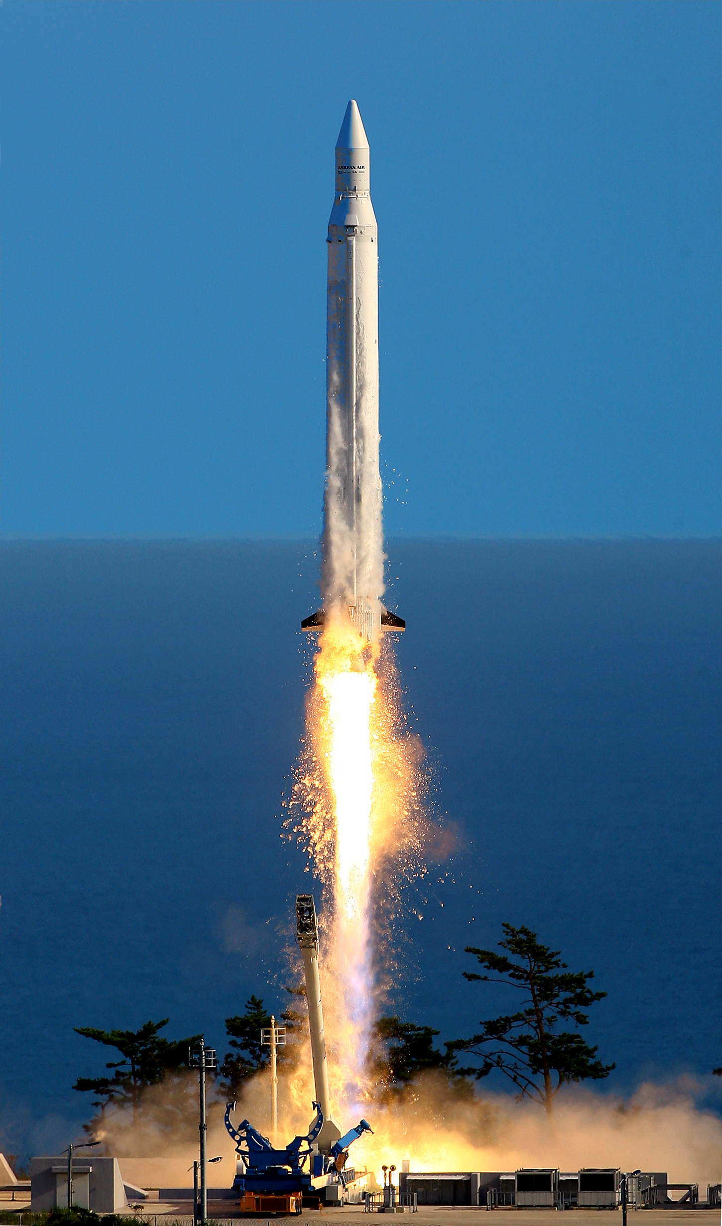 한국최초 우주발사체 '나로호' 발사 후 정상궤도 진입 실패