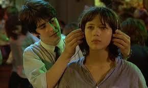 소피 마르소의 데뷔작 '라붐(1980)'에서 가장 유명한 헤드폰 장면. 남자친구가 소피 마르소에게 헤드폰을 씌우는 순간 파티장의 소음은 사라지고OST '리얼리티'가 시작된다. [중앙포토]