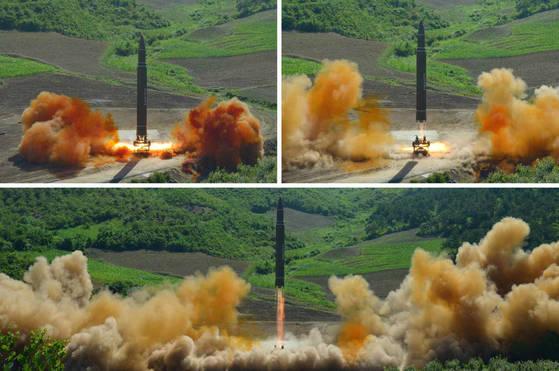 북한은 지난달 4일 실시한 대륙간탄도미사일(ICBM)급 '화성-14' 발사를 통해 미사일 탄두부의 대기권 재진입 및 단 분리 기술을 시험했다고 노동신문이 보도했다. [사진 연합뉴스]