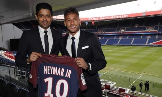 프랑스 파리생제르맹에 입단한 네이마르(오른쪽)가 4일 입단식을 치렀다. 네이마르가 자신의 이름과 등번호 10번이 새겨진 유니폼을 들고 있다. [사진 PSG 홈페이지]