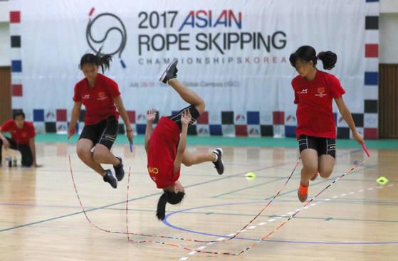 지난달 28일 '2017 아시아 줄넘기 선수권대회'에 출전한 중국 선수들이 3인 쌍줄 프리스타일 종목에서 고난도 경기를 펼치고 있다. [인천=연합뉴스]