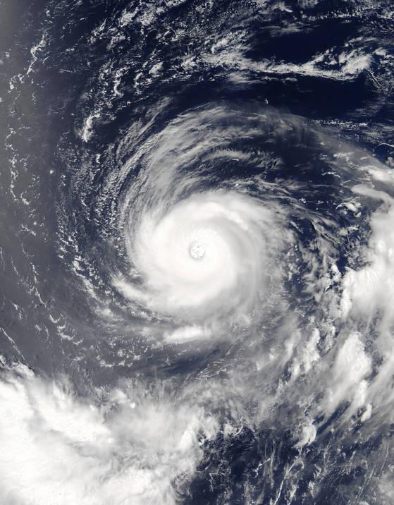 미국 NASA의 아쿠아 위성이 지난 달 31일 오후 찍은 5호 태풍 노루의 모습.[연합뉴스]