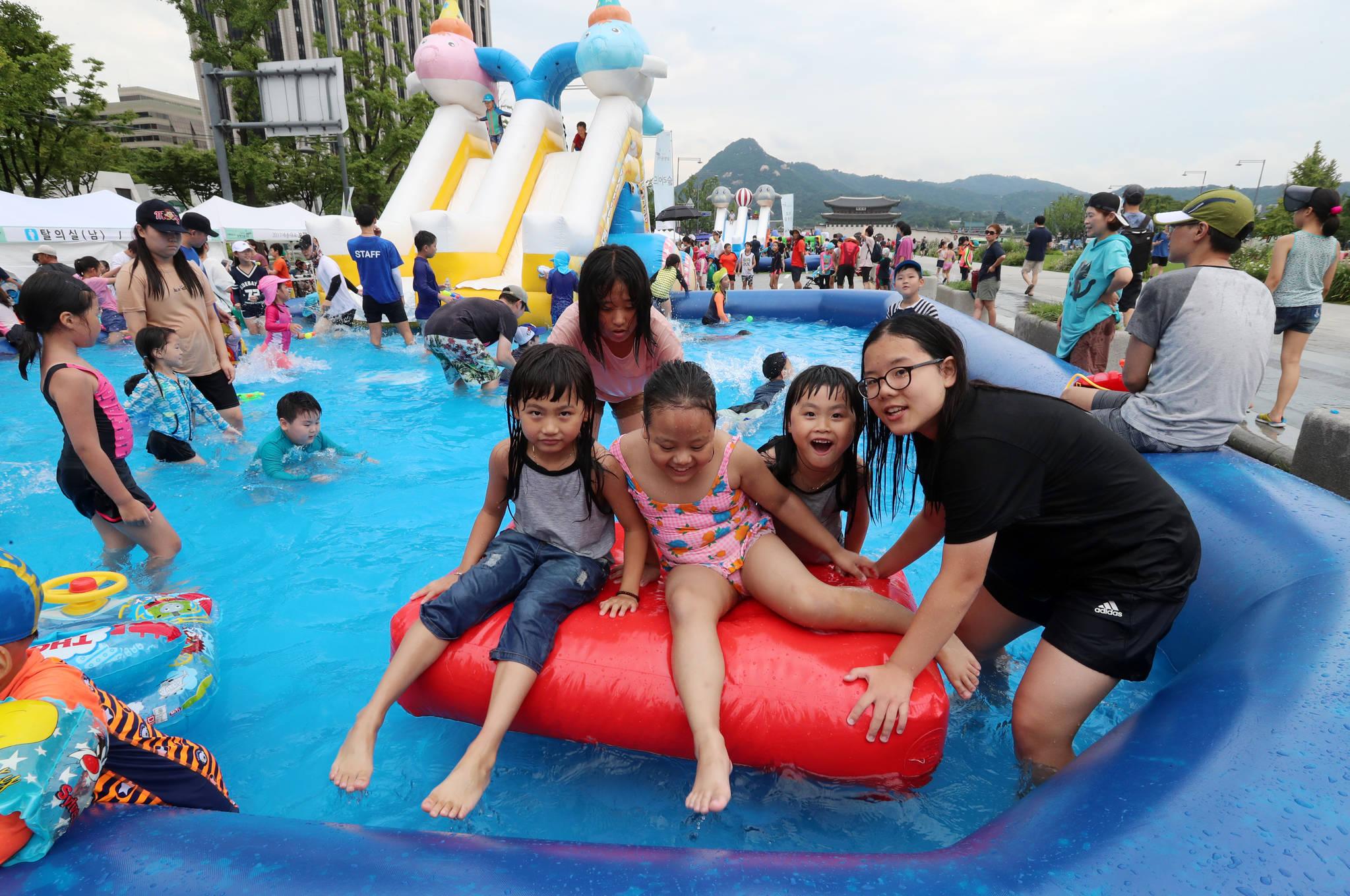 6일 오후 서울 종로구 세종대로에 마련된 수영장에서 어린이들이 물놀이를 하고 있다.조문규 기자