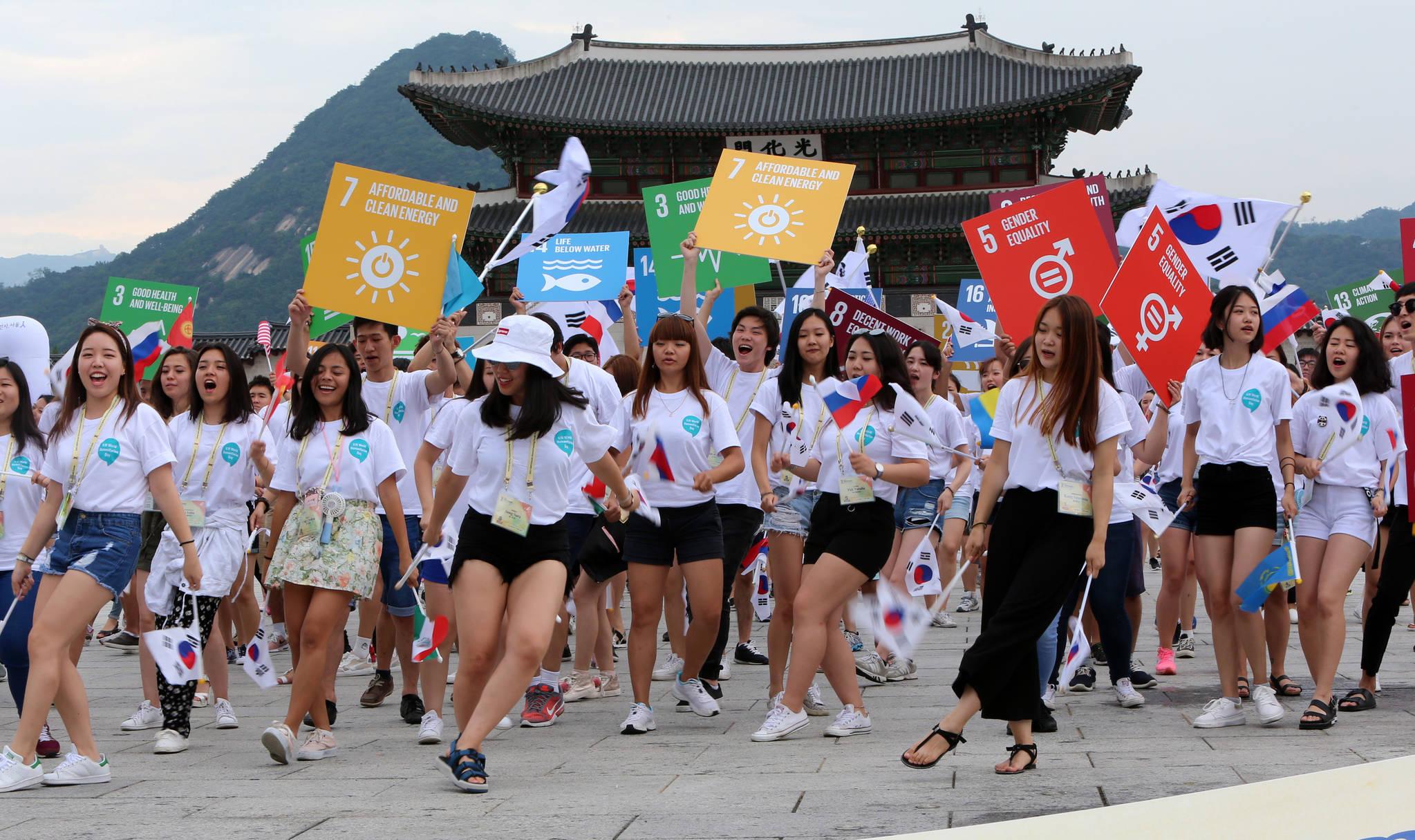 재외동포재단이 주최한 모국연수에 참가하고 있는 전 세계 21개국 160여 명의 재외동포 대학생들이 6일 오후 1시 서울 광화문 북측광장에 모여 인도주의 실천을 촉구하는 아리랑 플래시몹을 펼치고 있다. 조문규 기자