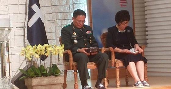 교회 예배를 보는 박찬주 육군 제2작전사령관과 그의 부인 전모씨 [사진 독자 제보]