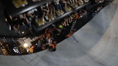 5일 오후 6시58분께 롯데월드 어드벤처의 놀이기구 '플라이벤처'가 운행 중 멈춰 소방대원들이 탑승객들을 구조하고 있다. [송파소방서 제공=연합뉴스]