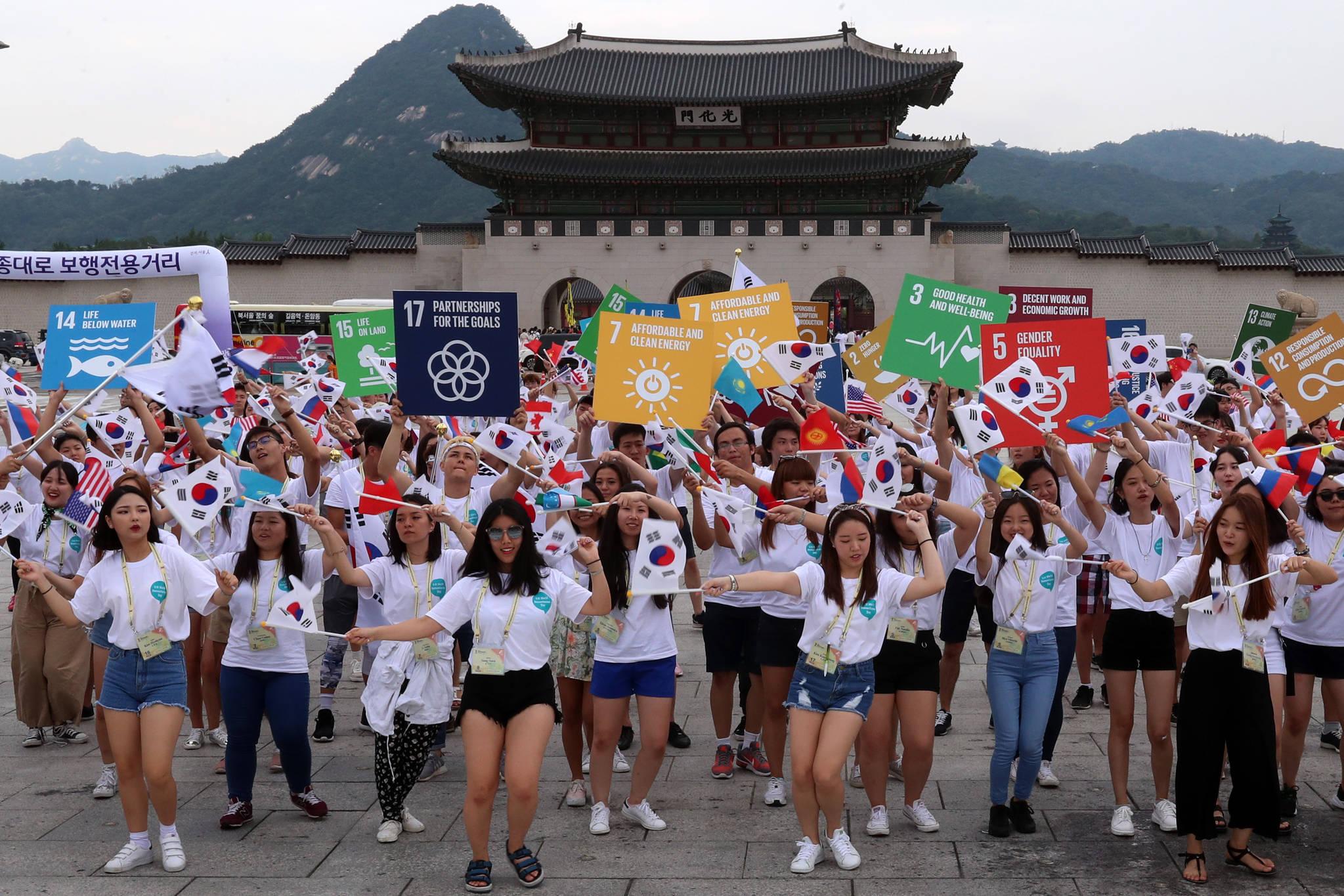 전 세계 21개국 160여 명의 재외동포 대학생들이 6일 오후 서울 광화문 북측광장에서 '재외동포 대학생 인도주의와 만나다'라는 주제로 아리랑 플래시몹을 하고 있다. 조문규 기자